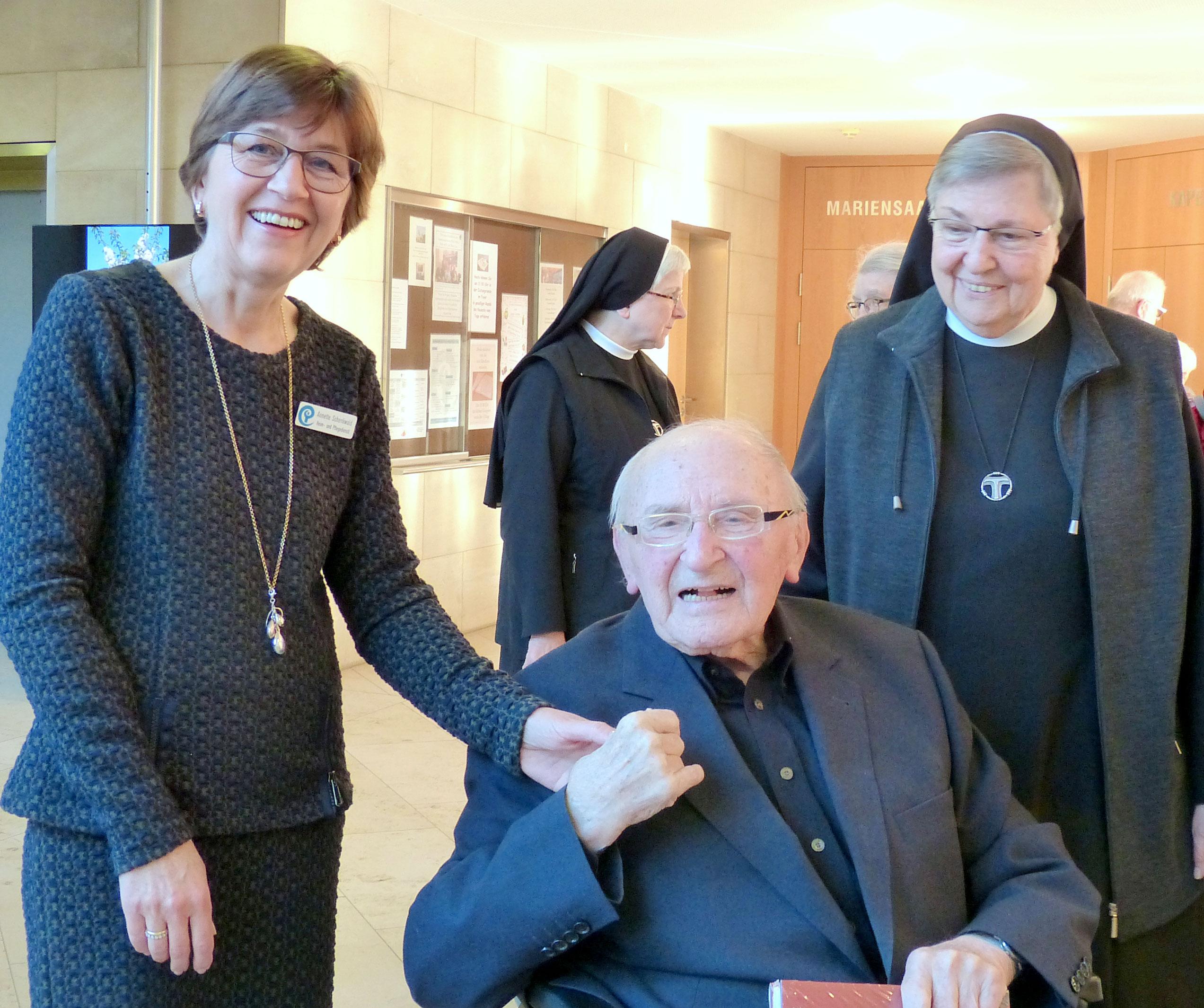 Prof. Metz mit Schwester Martinild (r), A. Schenkwald (l)
