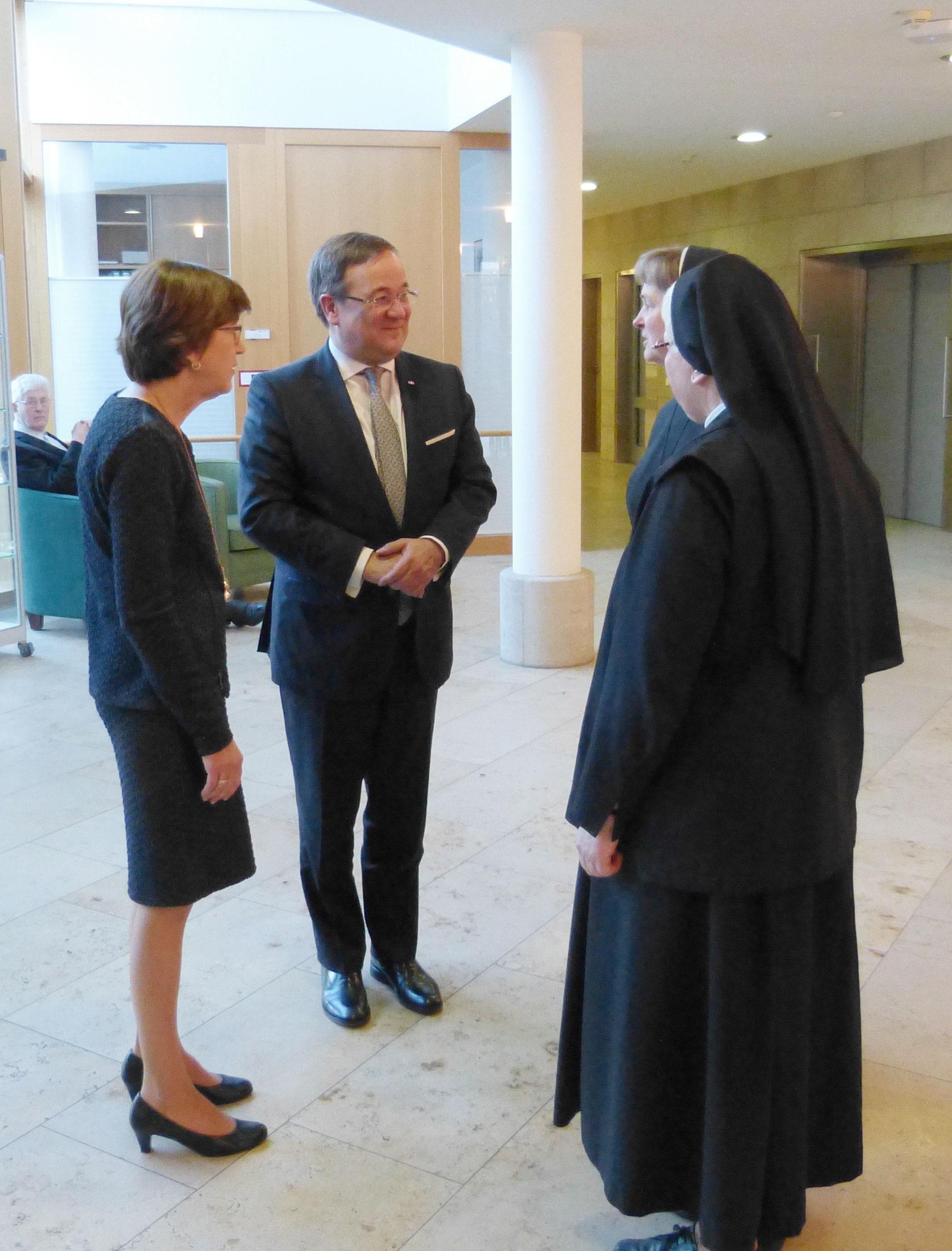 Empfang durch Schwester Herbertis, Schwester Irmgardis, A. Schenkwald (v. l.)
